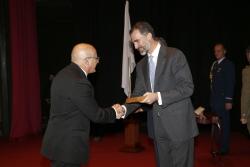 PR condecora a Jose Palma Andres entre outras personalidades que contribuíram para a integração europeia